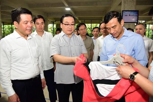 Đoàn lãnh đạo TP Hà Nội và tỉnh Thái Bình thăm một công ty sản xuất hàng thể thao trên địa bàn TP Thái Bình