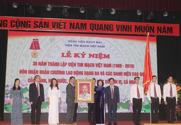 Phó Chủ tịch nước Đặng Thị Ngọc Thịnh trao tặng Huân chương Lao động hạng Ba và bức ảnh Chủ tịch Hồ Chí Minh cho Viện Tim mạch Việt Nam