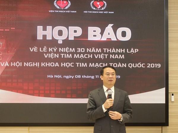 PGS.TS Nguyễn Mạnh Hùng cung cấp thông tin đến báo chí về bệnh tim mạch