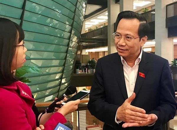 Bộ trưởng Đào Ngọc Dung chia sẻ với báo chí bên hành lang Quốc hội