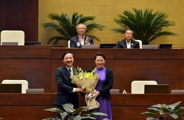 Chủ tịch Quốc hội tặng hoa chúc mừng ông Nguyễn Khắc Định đã hoàn thành nhiệm vụ Chủ nhiệm Ủy ban Pháp luật