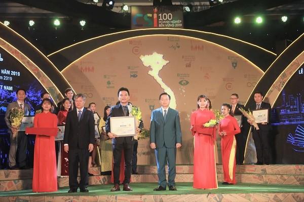 Đại diện công ty Herbalife Việt Nam nhận giải thưởng Doanh nghiệp bền vững 2019