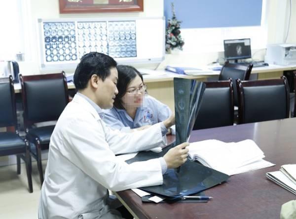 Bác sĩ tư vấn cho sản phụ H. về nguy cơ từ khối u não trong quá trình mang thai