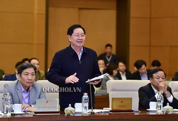 Bộ trưởng Lê Vĩnh Tân báo cáo giải trình tại phiên họp (Ảnh: quochoi.vn)