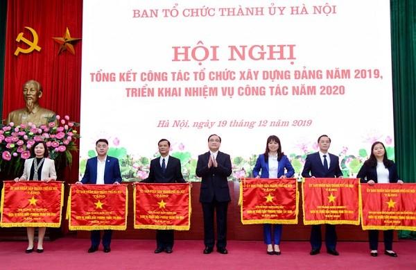 Bí thư Thành ủy Hoàng Trung Hải trao Cờ thi đua của thành phố cho các tập thể có thành tích xuất sắc