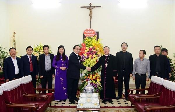 Bí thư Thành ủy Hà Nội tặng lẵng hoa chúc mừng Tòa Tổng giám mục Hà Nội