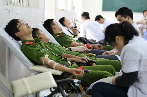 Thanh niên công an tham gia hiến máu tại Chủ nhật đỏ lần thứ XII