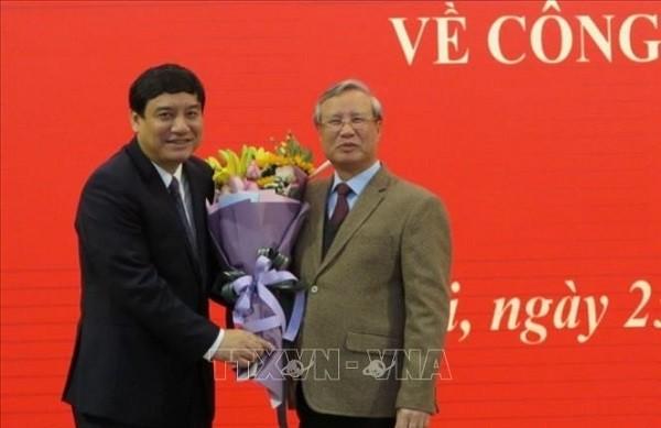 Đồng chí Trần Quốc Vượng, Thường trực Ban Bí thư tặng hoa chúc mừng đồng chí Nguyễn Đắc Vinh nhận nhiệm vụ mới