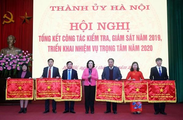 Phó Bí thư Thường trực Thành ủy Ngô Thị Thanh Hằng trao Cờ thi đua cho 6 đơn vị