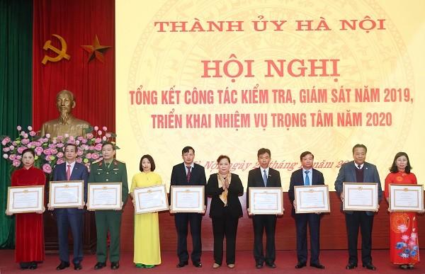 Chủ tịch HĐND TP Nguyễn Thị Bích Ngọc trao Bằng khen cho 10 cá nhân