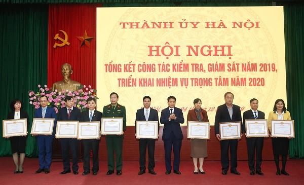 Chủ tịch UBND TP Nguyễn Đức Chung trao Bằng khen cho 10 tập thể