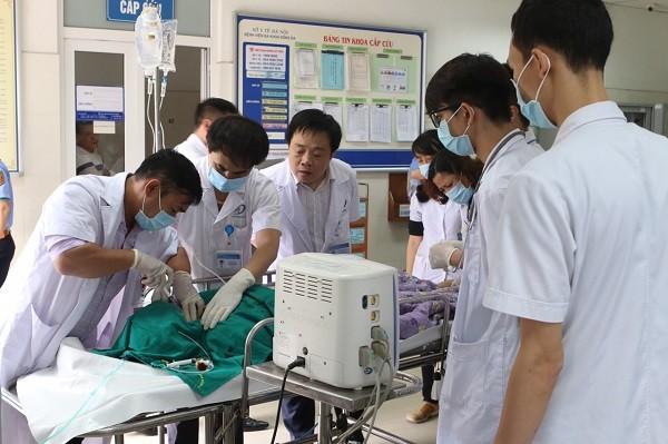 Các y bác sĩ xử lý cấp cứu ngay cho bệnh nhân đồng thời thực hiện các thủ tục cần thiết