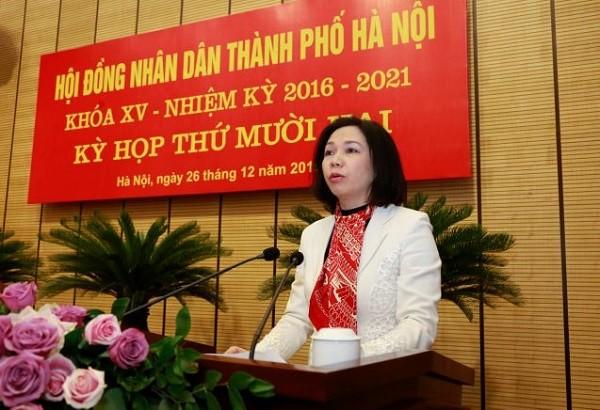 Giám đốc Sở Nội vụ Vũ Thu Hà trình bày Tờ trình về sáp nhập các thôn, tổ dân phố