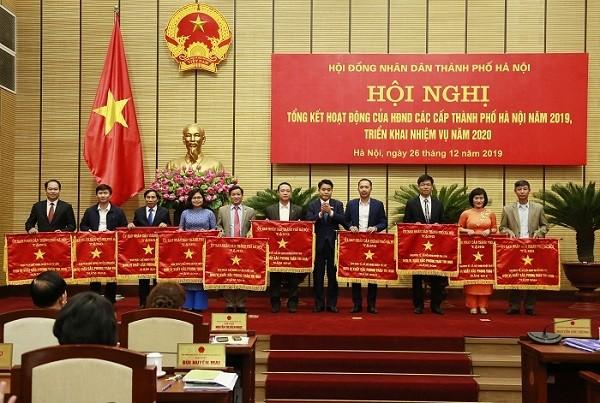Chủ tịch UBND TP Hà Nội Nguyễn Đức Chung trao Cờ thi đua cho tập thể xuất sắc