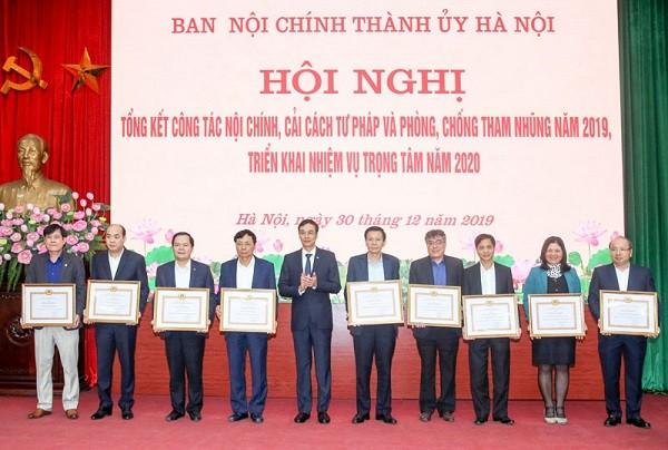 Phó Bí thư Thành ủy Hà Nội Đào Đức Toàn trao Bằng khen cho các tập thể có thành tích xuất sắc năm 2019