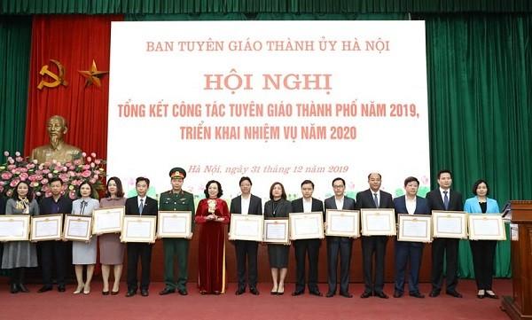 Phó Bí thư Thường trực Thành ủy Ngô Thị Thanh Hằng tặng Bằng khen của Ban Thường vụ Thành ủy cho các tập thể, cá nhân