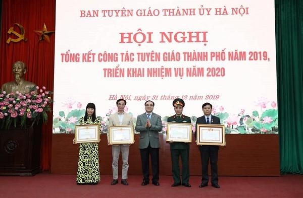 Bí thư Thành ủy Hoàng Trung Hải trao Bằng khen của Thủ tướng Chính phủ cho các tập thể, cá nhân