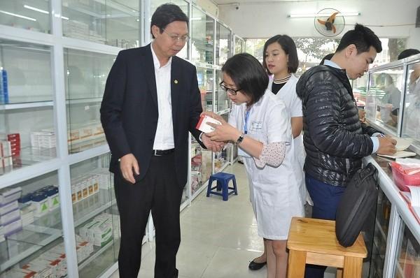 Sở Y tế Hà Nội kiểm tra một nhà thuốc bệnh viện