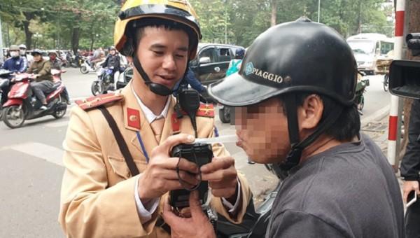 Cảnh sát đo nồng độ cồn của người lái xe tham gia giao thông