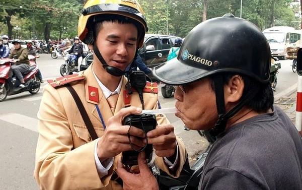Cảnh sát giao thông đo nồng độ cồn của lái xe tham gia giao thông