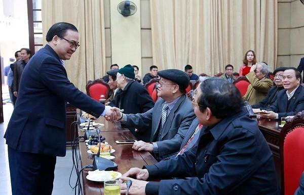 Bí thư Thành ủy Hoàng Trung Hải chúc mừng sức khỏe các đồng chí nguyên lãnh đạo thành phố