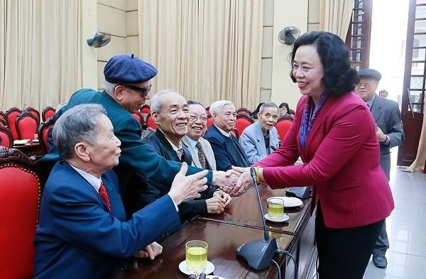 Phó Bí thư Thường trực Thành ủy Ngô Thị Thanh Hằng thăm hỏi các đồng chí nguyên lãnh đạo thành phố