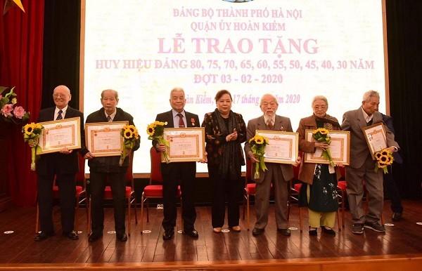 Chủ tịch HĐND TP Hà Nội Nguyễn Thị Bích Ngọc trao Huy hiệu Đảng cho các đảng viên lão thành quận Hoàn Kiếm