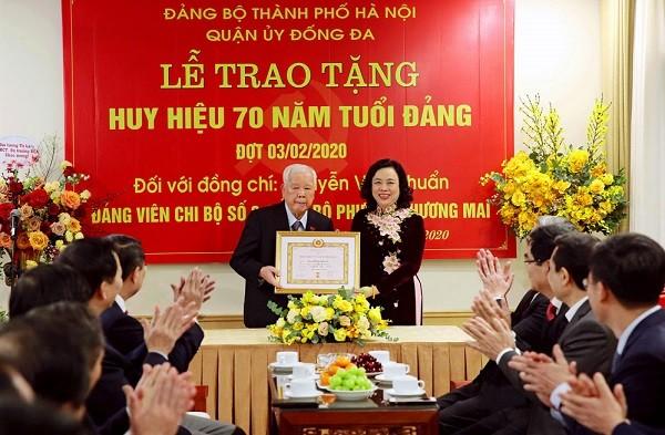Phó Bí thư Thường trực Thành ủy Ngô Thị Thanh Hằng trao Huy hiệu Đảng cho đồng chí Nguyễn Văn Chuẩn
