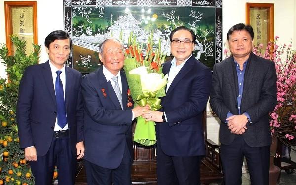 Bí thư Thành ủy Hoàng Trung Hải chúc Tết đồng chí Vũ Oanh