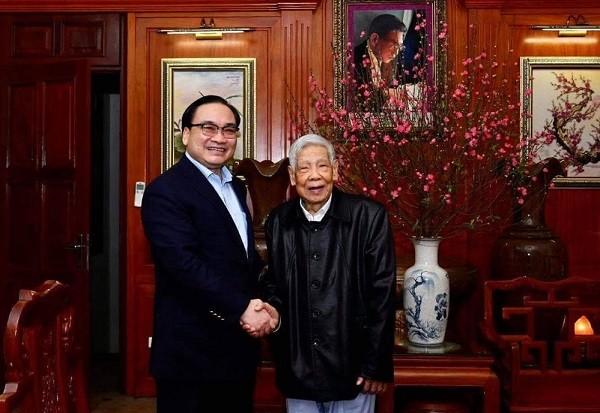 Bí thư Thành ủy Hoàng Trung Hải chúc Tết nguyên Tổng Bí thư Lê Khả Phiêu
