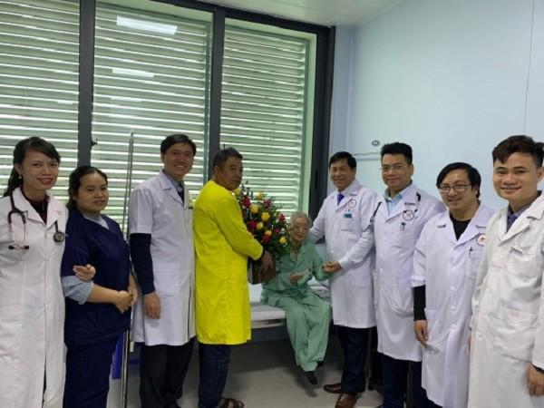 Lãnh đạo bệnh viện và các y bác sĩ chúc mừng người bệnh vượt qua cơn nguy kịch