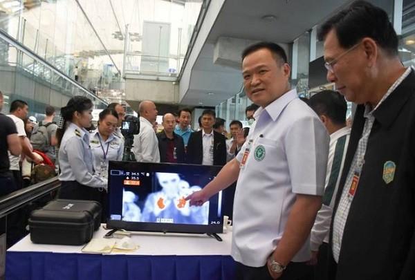 Giám sát hành khách qua máy đo thân nhiệt ở sân bay để phòng dịch corona virus