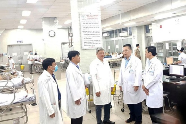 Thứ trưởng Bộ Y tế Nguyễn Trường Sơn (giữa) kiểm tra công tác phòng chống dịch nCoV tại Bệnh viện Chợ Rẫy