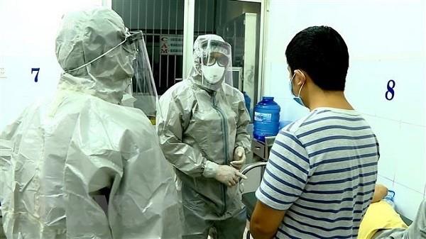 Nhân viên y tế trao đổi với những người đã tiếp xúc với bệnh nhân nhiễm virus Corona