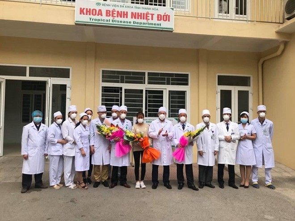 Nữ bệnh nhân nhiễm Corona chụp ảnh với các y bác sĩ trước khi xuất viện