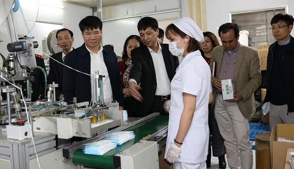 Đoàn công tác Bộ Y tế kiểm tra một cơ sở sản xuất khẩu trang y tế ở Hà Nội