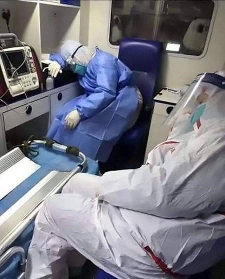 Bác sĩ Trung Quốc kiệt sức vì chống dịch Corona (Ảnh internet)