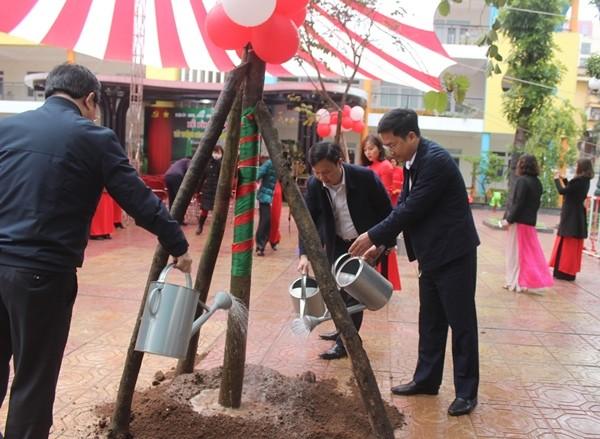 Lãnh đạo quận Đống Đa trồng cây xanh tại Trường Mầm non Trung Tự