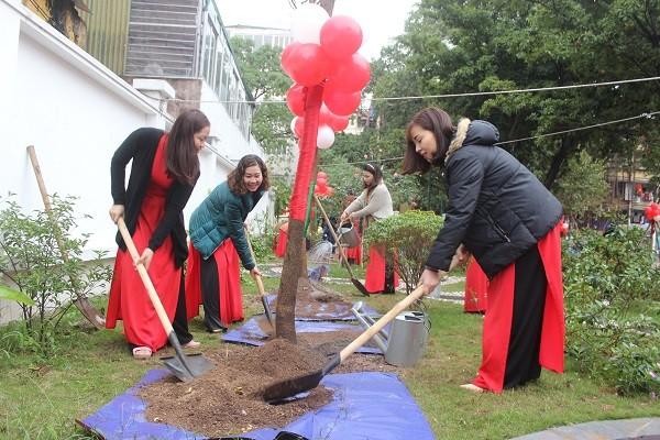 Cán bộ giáo viên trường Mầm non Trung Tự hưởng ứng Tết trồng cây năm 2020