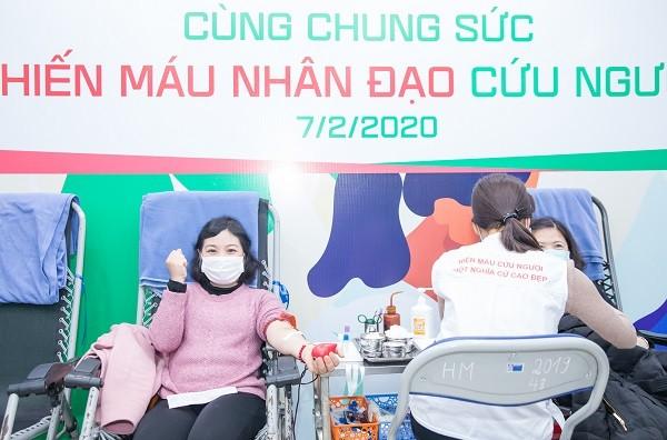 Nhân viên y tế và người nhà bệnh nhân cùng tham gia hiến máu