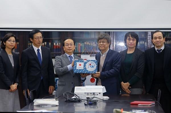 Đại diện JICA Nhật Bản trao lô sinh phẩm viện trợ cho Viện Vệ sinh dịch tễ Trung ương