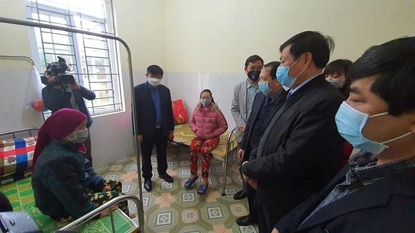 Thứ trưởng Bộ Y tế Đỗ Xuân Tuyên thăm một người đang được cách ly theo dõi