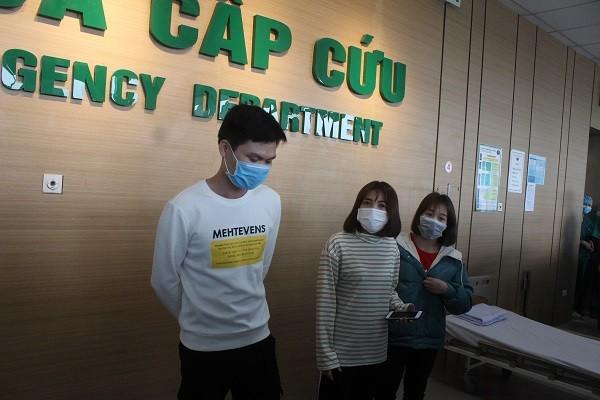 Hình ảnh 3 bệnh nhân nhiễm corona trước lúc xuất viện chiều nay