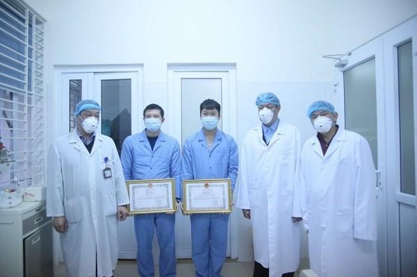 Thứ trưởng Đỗ Xuân Tuyên trao Bằng khen cho các bác sĩ tham gia đoàn đón 30 công dân từ Vũ Hán