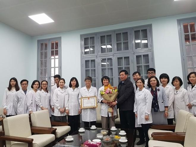 Thứ trưởng Bộ Y tế Đỗ Xuân Tuyên trao Bằng khen cho nhóm nghiên cứu