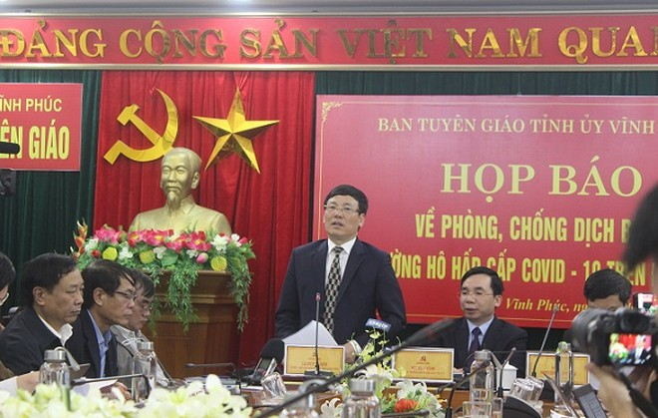 Phó Chủ tịch Thường trực UBND tỉnh Vĩnh Phúc Lê Duy Thành trả lời báo chí