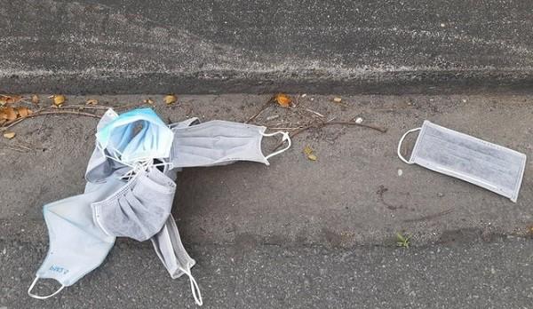 Hành vi vứt khẩu trang bừa bãi trên phố có thể bị phạt 5-7 triệu đồng