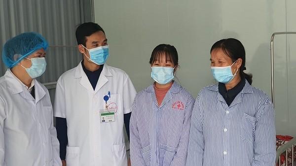 Hai mẹ con bệnh nhân nói lời cảm ơn các y bác sĩ đã điều trị khỏi bệnh cho mình