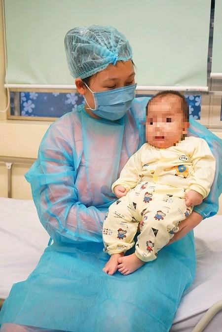Mẹ cháu bé không bị nhiễm Covid-19 dù tiếp xúc với cháu bé hàng ngày