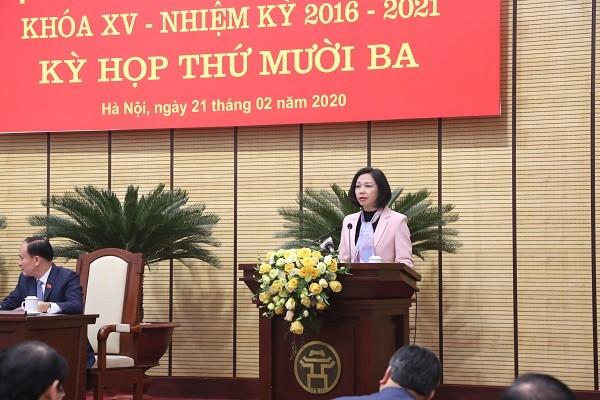 Giám đốc Sở Nội vụ Vũ Thu Hà trình bày Tờ trình của UBND TP tại kỳ họp